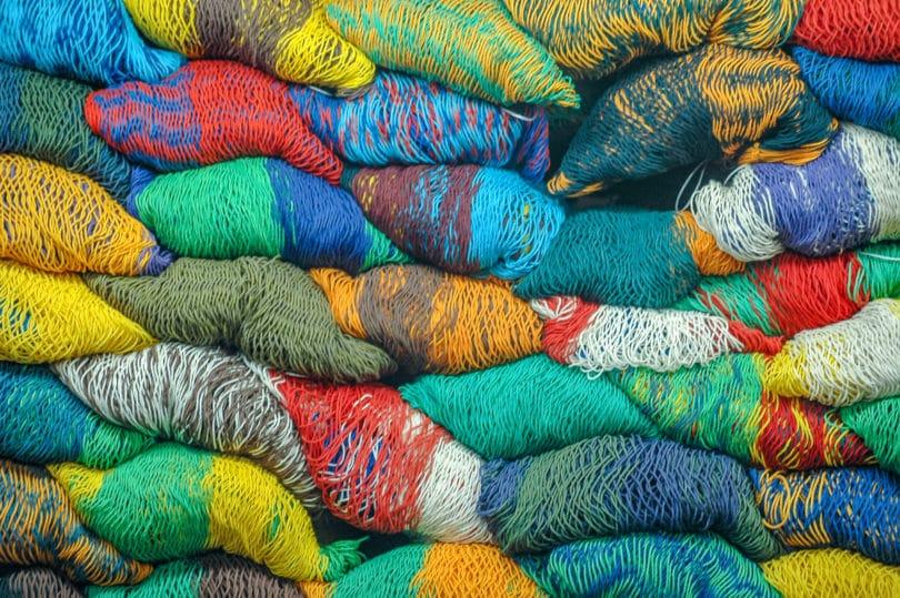 Hängematten in verschiedenen Farben und Mustern aus Yucatán